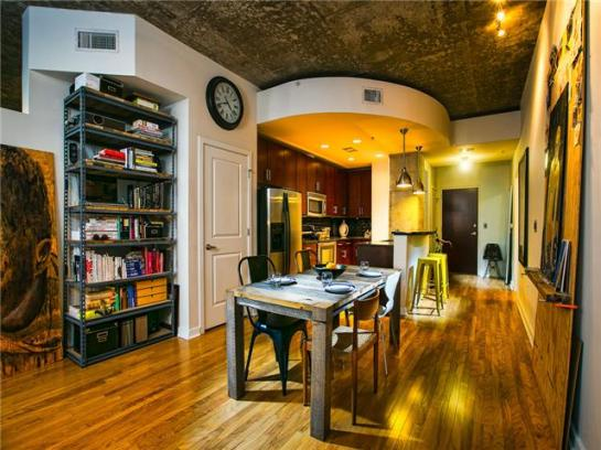 Beautiful 360 Condo in the heart of downtown!